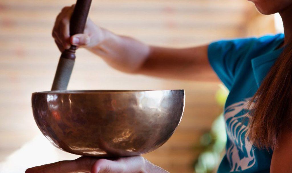 Массаж тибетскими поющими чашами